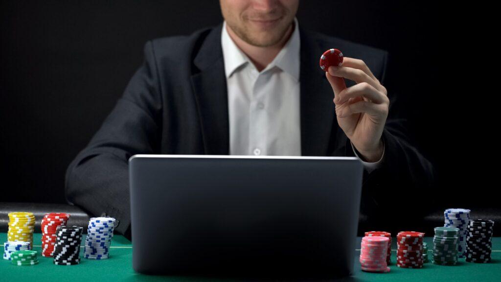 O avanço da tecnologia permitiu que o poker, antes restrito somente em cassinos, fosse para a sua casa