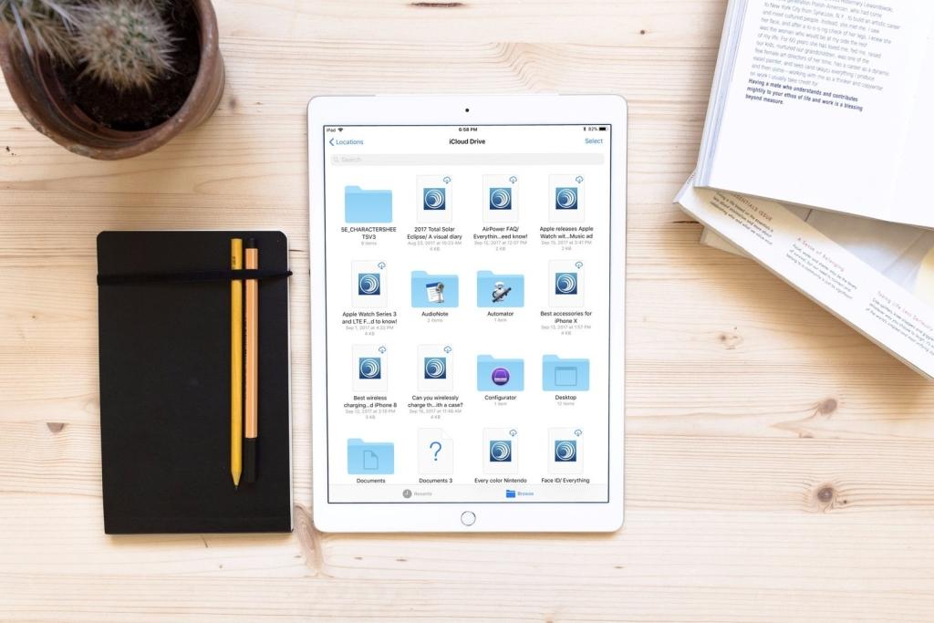 caderno com tablet abertura com apps de nuvem