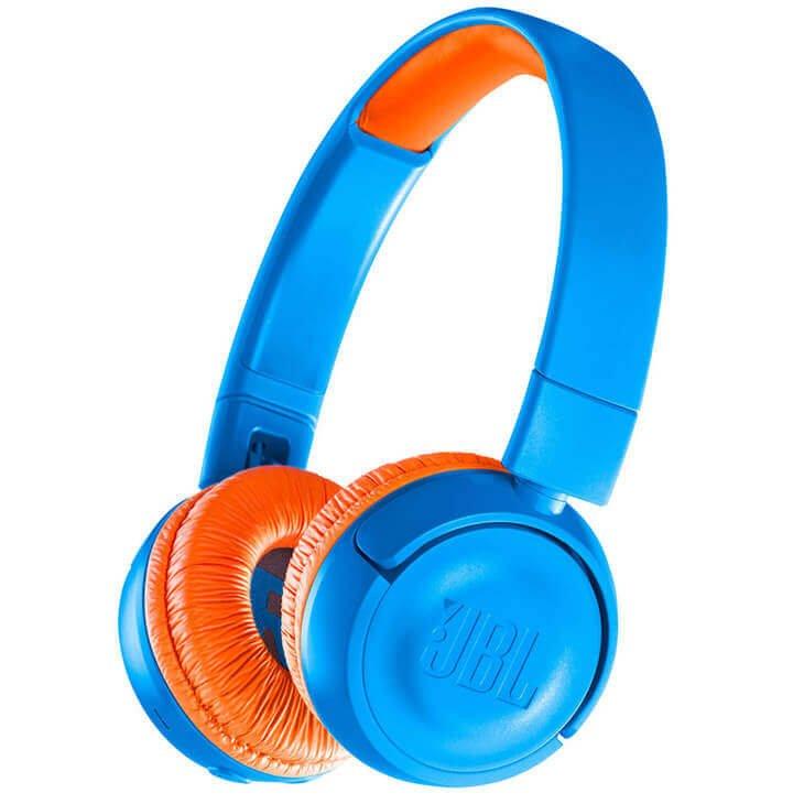 O headphone tem uma cor chamativa em laranja e azul para chamar a atenção dos pequenos