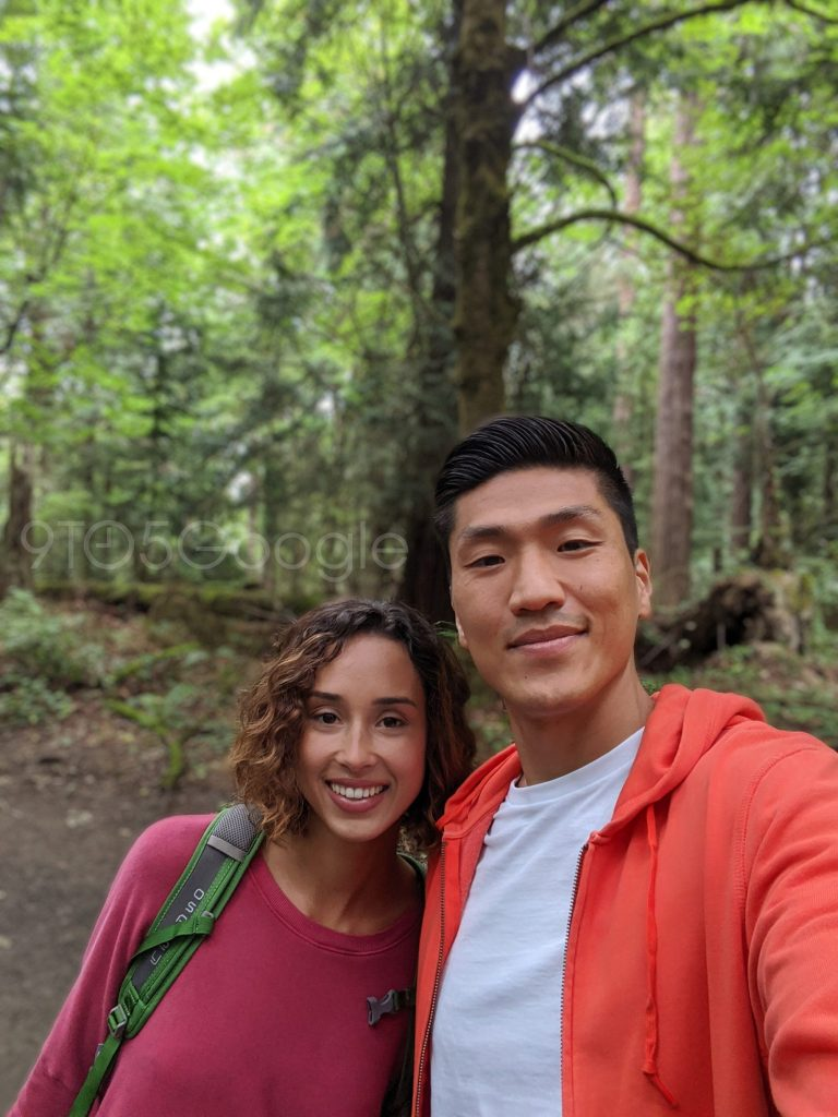 A imagem mostra duas pessoas usando o modo retrato da câmera frontal do Pixel 4