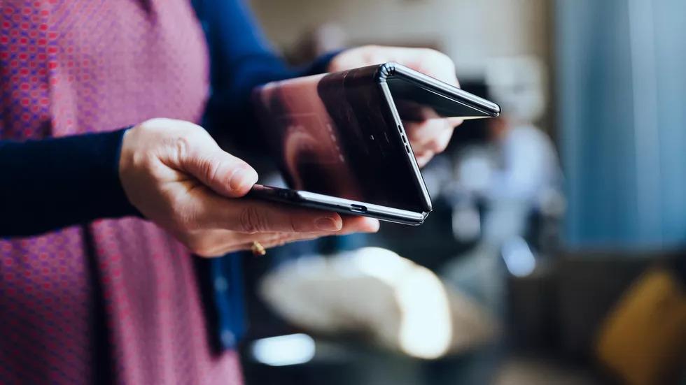 Mecanismo dragonhinge da tcl permite que o smartphone dobrável dobre em três partes