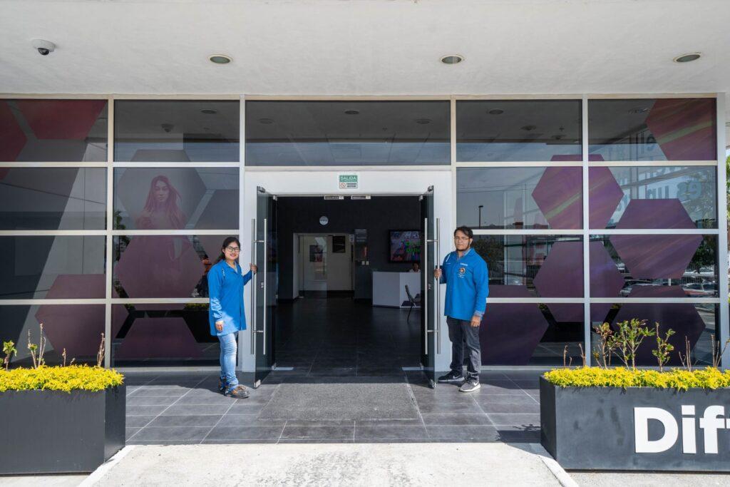 Funcionários da unidade de Monterrey (México) recebem os jornalistas na fábrica