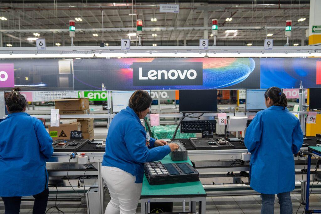 Equipe trabalha na montagem dos equipamentos da Lenovo