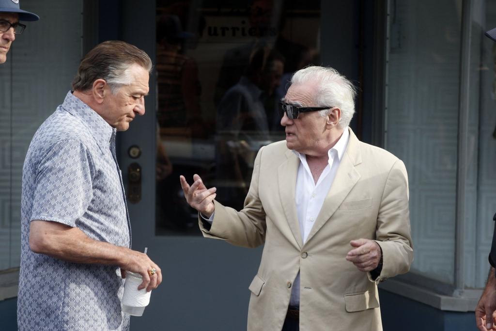 Martin Scorsese em ação dirigindo Robert De Niro em O irlandês
