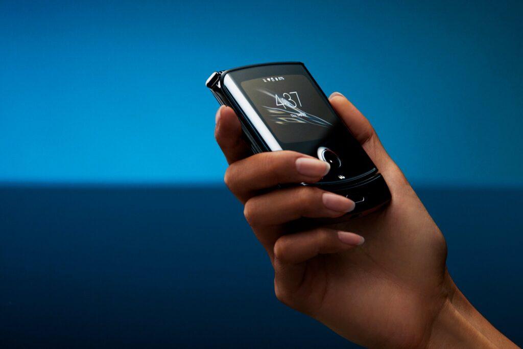 A câmera traseira pode ser usada como frontal com o smartphone desligado.