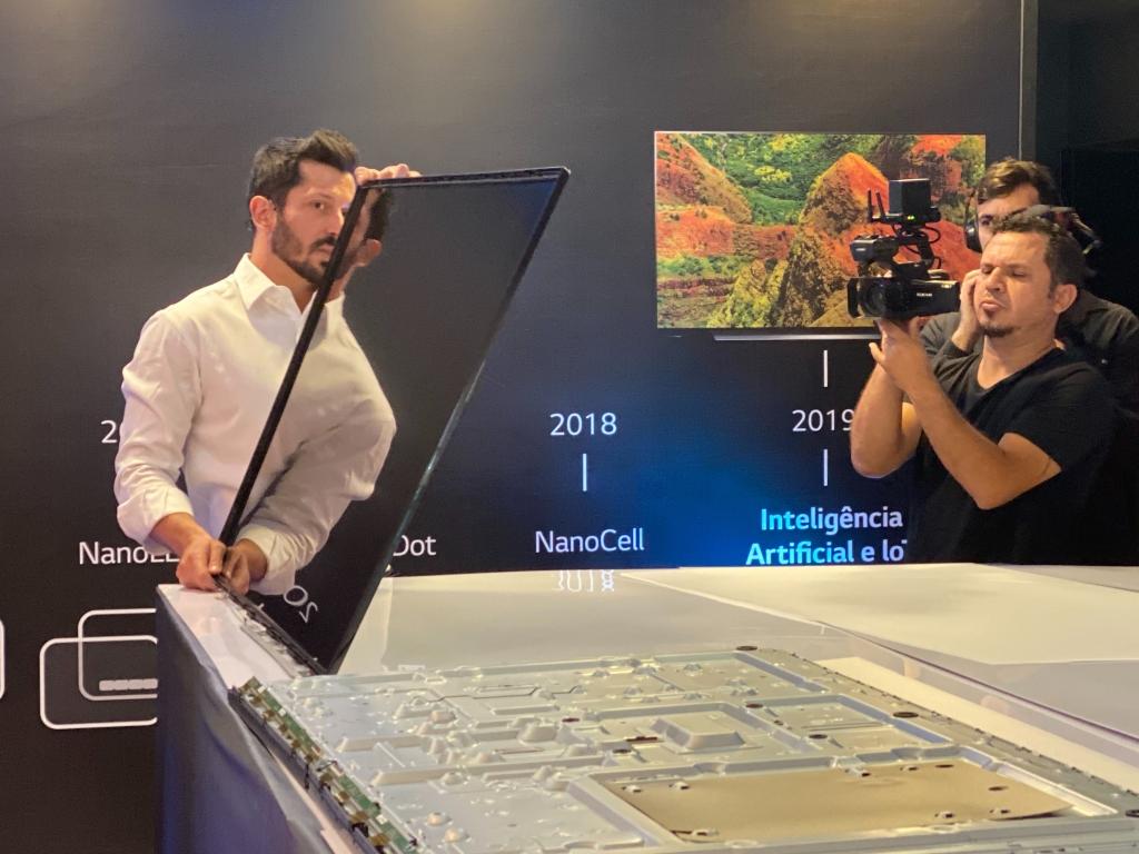 Pedro Valery, responsável pela área de televisores da LG no Brasil, desmontou um TV da marca pra analisar