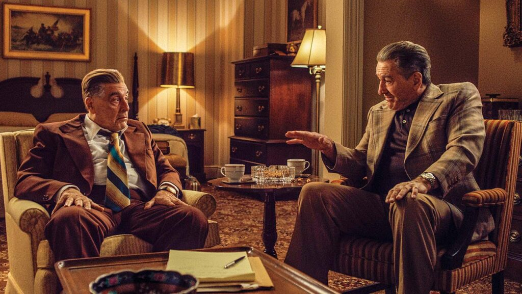 Jimmy Hoffa (Al Pacino) e Frank Sheeran discutem o próximo passo do líder sindical em O irlandês