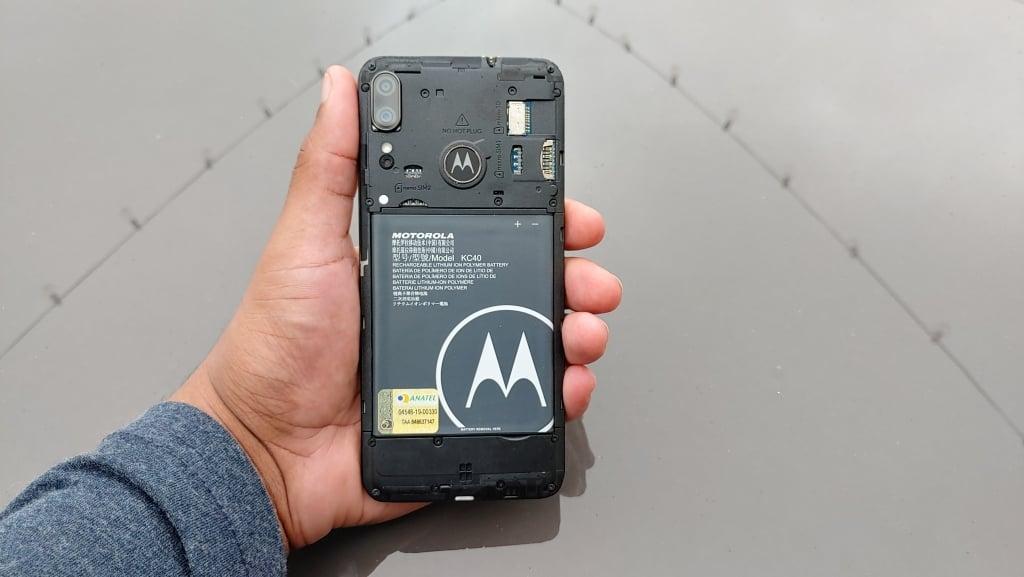 Bateria removível do Moto E6 Plus aguenta mais de um dia de uso moderado