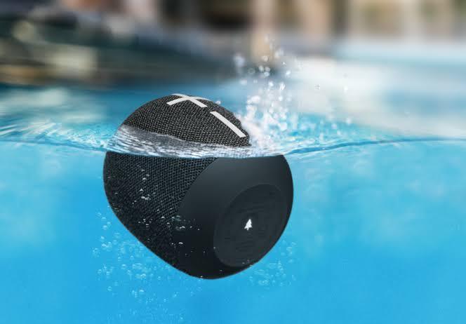 A caixa de som Bluetooth tem resistência contra água e poeira e capacidade de flutuação
