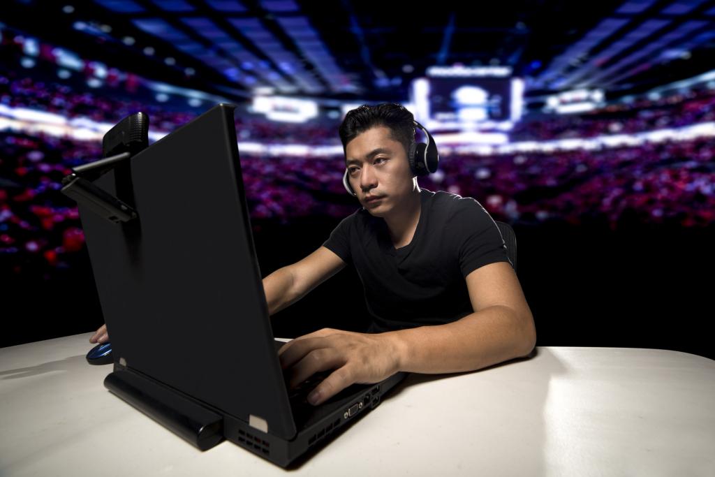 Comentarista vendo e-Sports no computador