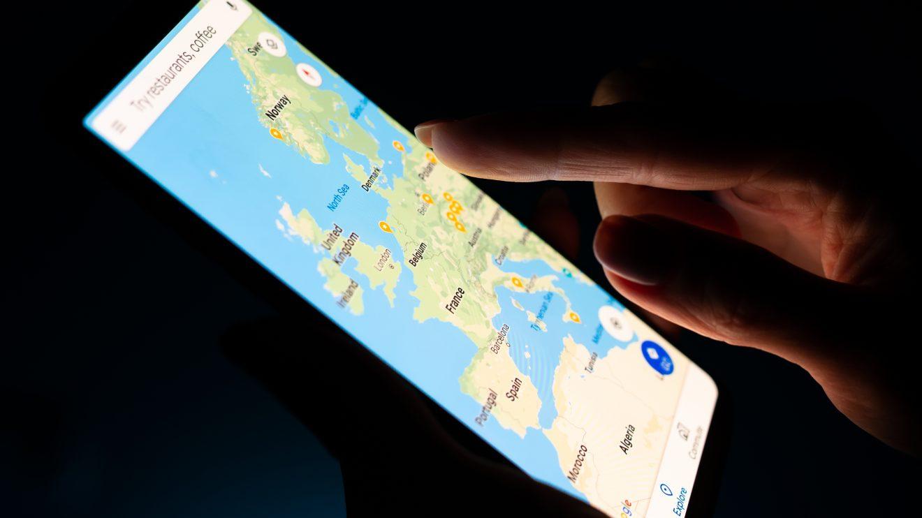 Imagem destacada de uma pessoa mexendo no Maps