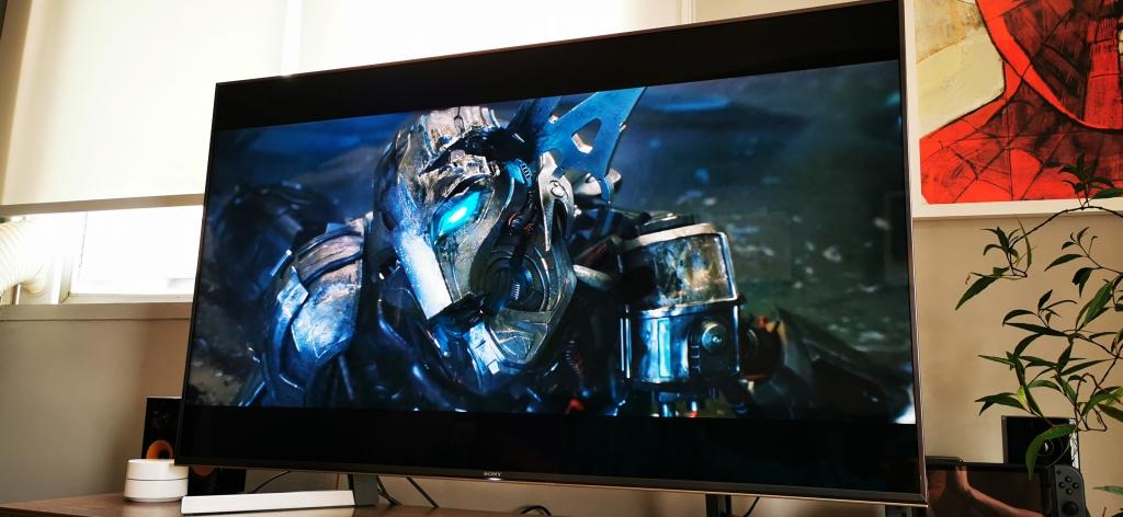 A TV tem uma ótima qualidade de imagem que favorece as cores e a iluminação