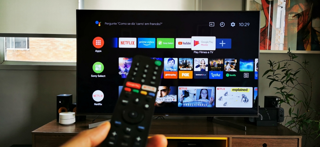 O controle remoto é simples mas permite ao usuário acesso a todos os serviços smarts da TV