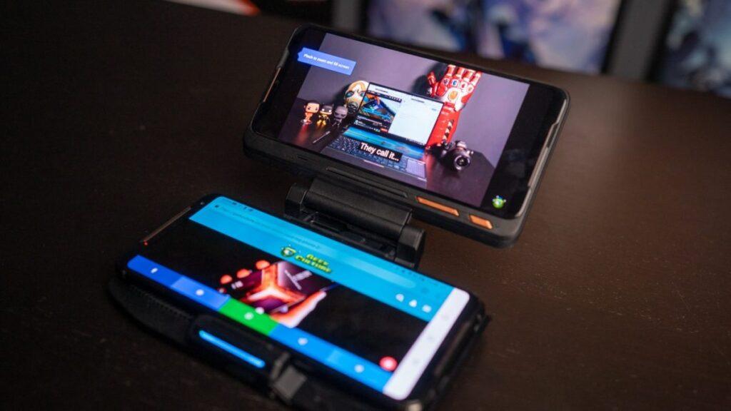 Acessório adiciona uma segunda tela ao smartphone, fazendo possível a visualização de chats e outras informações