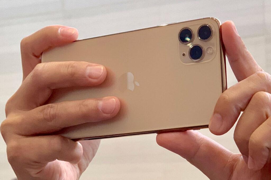 Sensores e lentes menores não foram páreo para a indústria, que desenvolveu outras formas de aprimorar as imagens