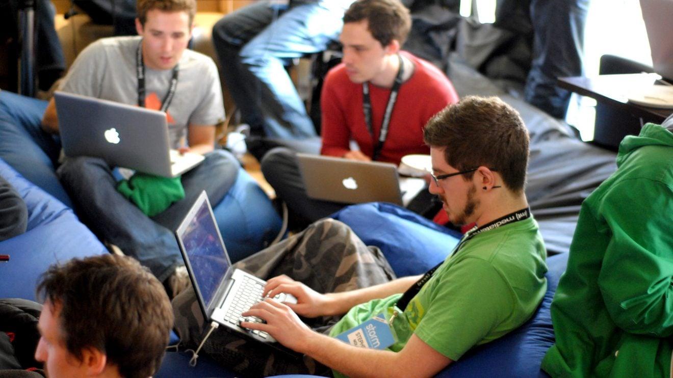 Geeks mexendo no computador (Imagem: SKY)