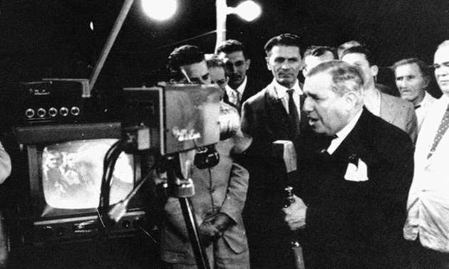 No Brasil, Assis Chateaubriand, inaugura a primeiro canal brasileiro