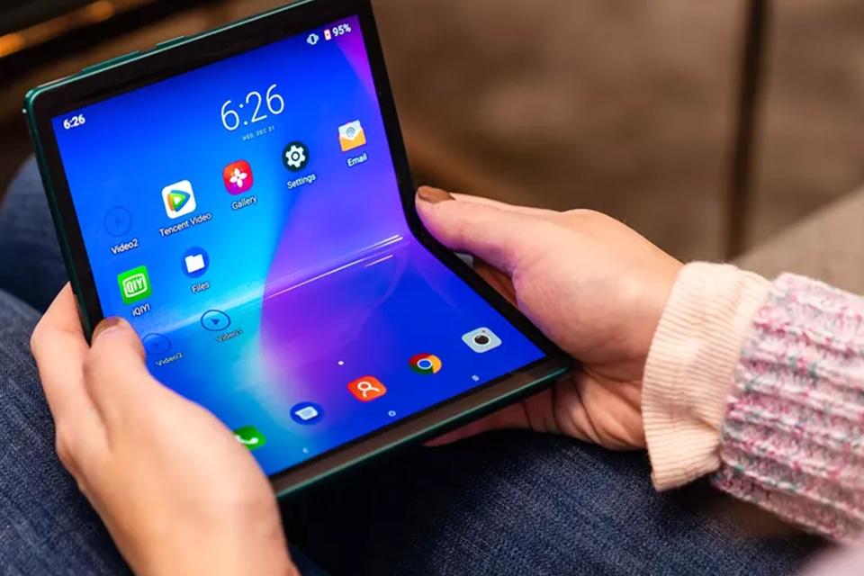 Já faz um bom tempo que a TCL vem investindo em dispositivos dobráveis. Durante a Consumer Electronics Show 2020, a empresa revelou um smartphone conceito