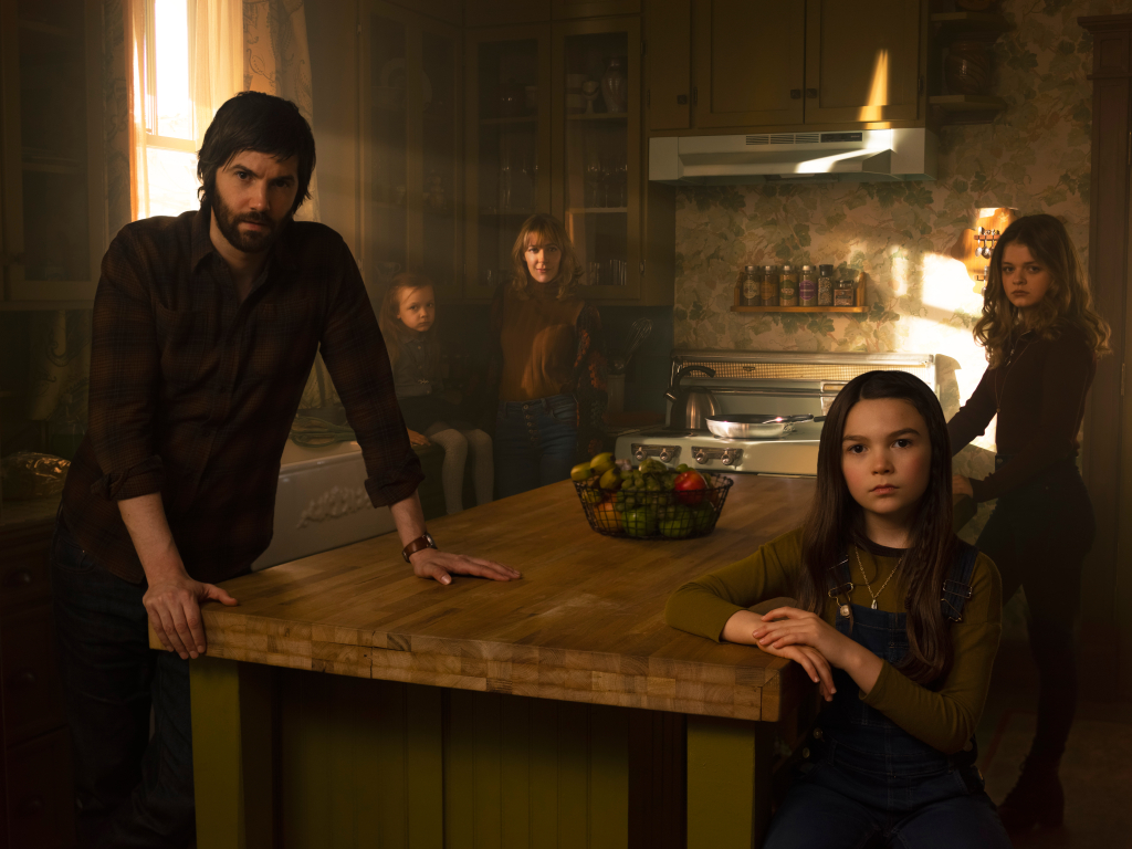 Casa antes de escurecer ainda tem no elenco Joelle Carter, Jibrail Nantambu, Deric McCabe, Michael Weston, Aziza Scott e Louis Herthum. A série estreia no dia 3 de abril de 2020
