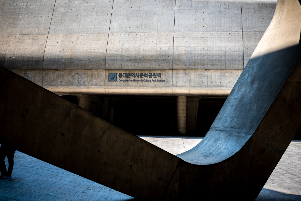 O movimento modernista se estende para além da arquitetura para quebrar designs com regras restritas (Foto: Deposit Photos)
