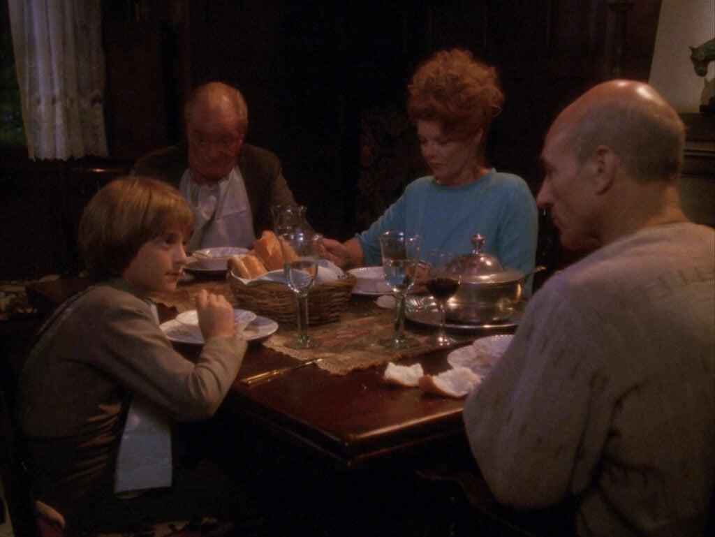 """Após os episódios bem """"intensos"""" de The Best of Both Worlds, o Family já explora mais o lado """"personagem"""" de Picard (Foto: Reprodução)"""
