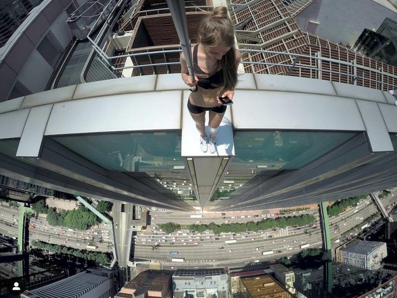 Selfies mortais: as fotos mais perigosas do mundo. Algumas pessoas gostam de sair do comum e buscam tirar selfies em momentos perigosos. Por isso, selecionamos algumas das melhores (ou piores) imagens do gênero.