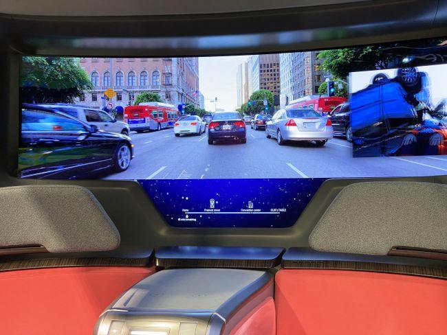 A tela oled do carro autônomo pode exibir séries, filmes e também a própria área externa graças ao sistema de realidade aumentada (foto: reprodução)