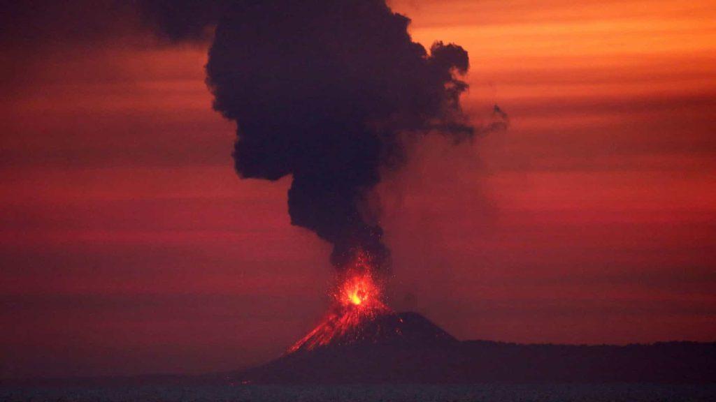 O Vulcâo Anak Krakatau, na Indonésia, entrou em erupção em 2018 e criou um tsunami que matou mais de 400 pessoas