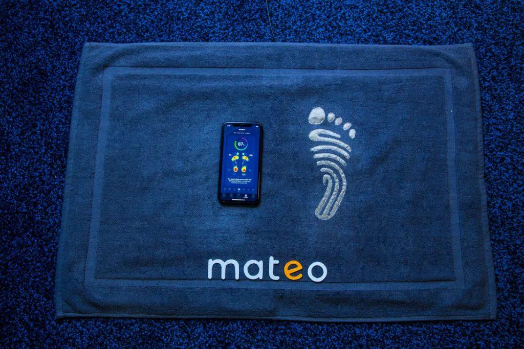 Mateo é um assistente de saúde por trás de um tapete (reprodução: cnet)