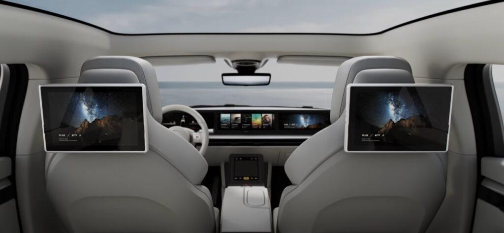 O interior o veículo é composto por uma tela grande e duas na parte de trás
