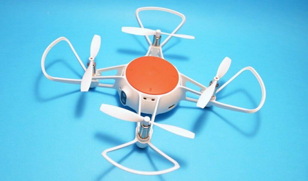 Imagem do Mi Drone Mini estático sobre um fundo neutro