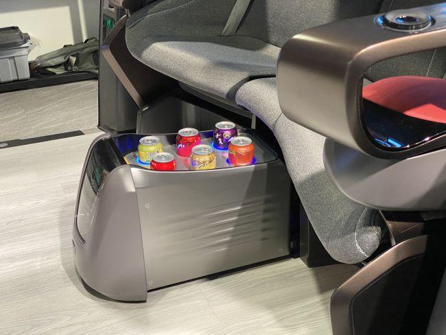 O carro autônomo tem um compartimento para venda de refrigerantes (Foto: Future)