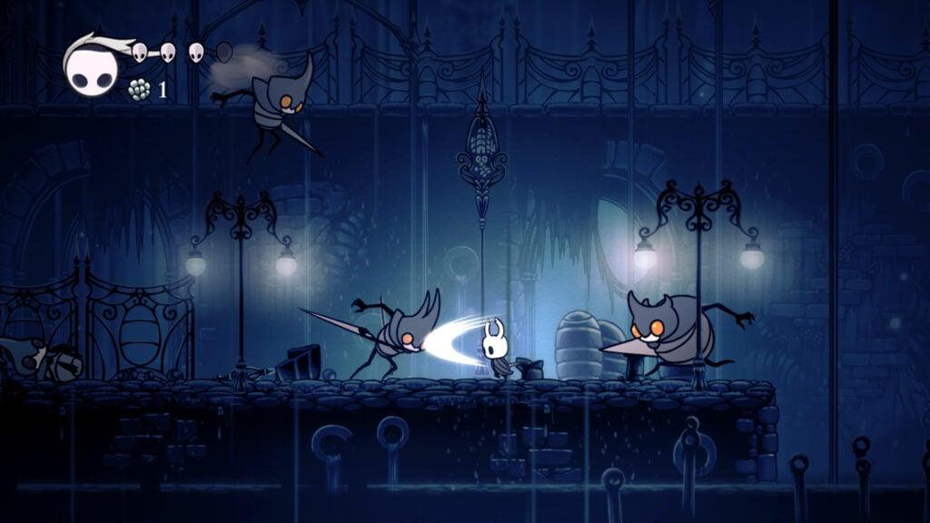 Tela de Hollow Knight em que o personagem principal enfrenta inimigos em um ambiente externo sombrio