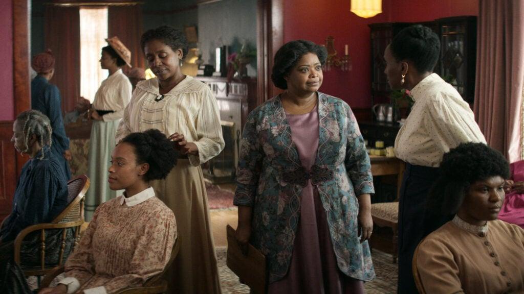 Uma cena da série com várias mulheres em um cabeleireiro. No centro, Madam C.J. Walker, vivida pela atriz Octavia Spencer.