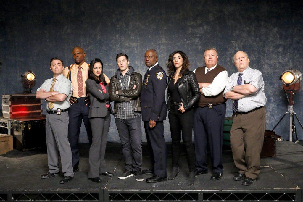 O elenco da sexta temporada de brooklin nine nine posa para foto de divulgação caracterizados como os personagens.