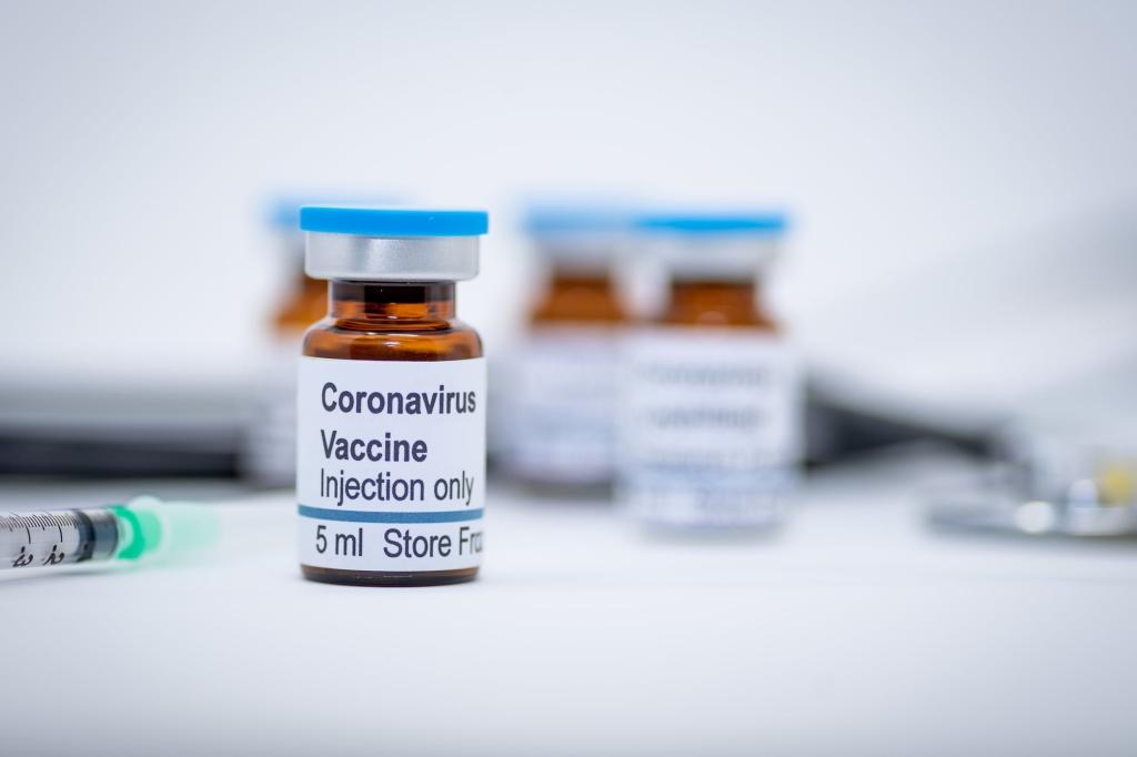 Frasco com uma identificação em que está escrito vacina contra coronavírus, em inglês.