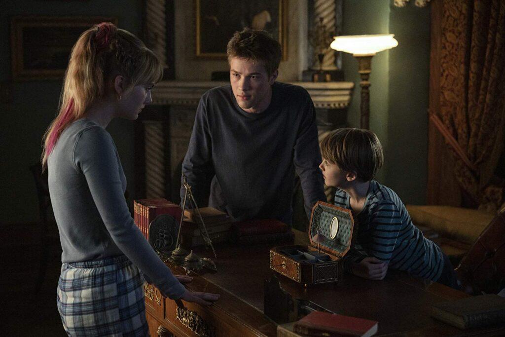 Kinsey Locke (personagem da atriz Emilia Jones), Tyler Locke (Connor Jessup) e Jackson Robert Scott (Bode Locke) no momento em que encontram uma das chaves.