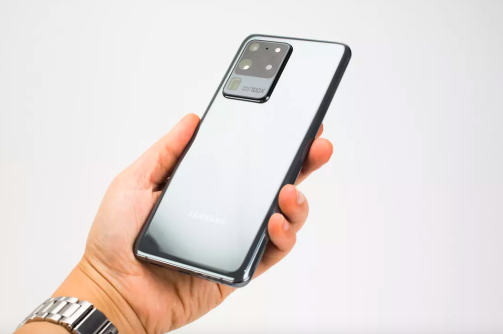 Mão segurando o Galaxy S20 Ultra