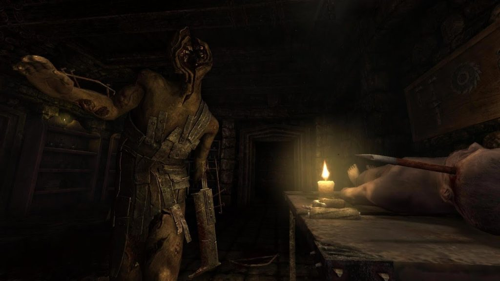Tela do jogo Amnesia, um dos games indies da lista, com um monstro sem rosto caminhando em uma sala iluminada apenas por uma vela