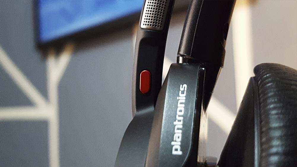 detalhe do botão para mutar o microfone do headset voyager da plantronics