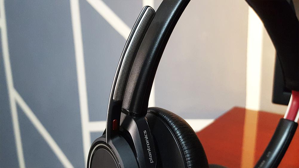 detalhe do microfone do headset voyager da plantronics