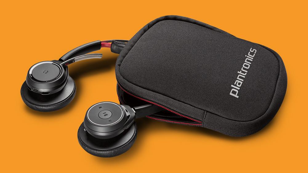 voyager headset da plantronics junto ao case com logotipo