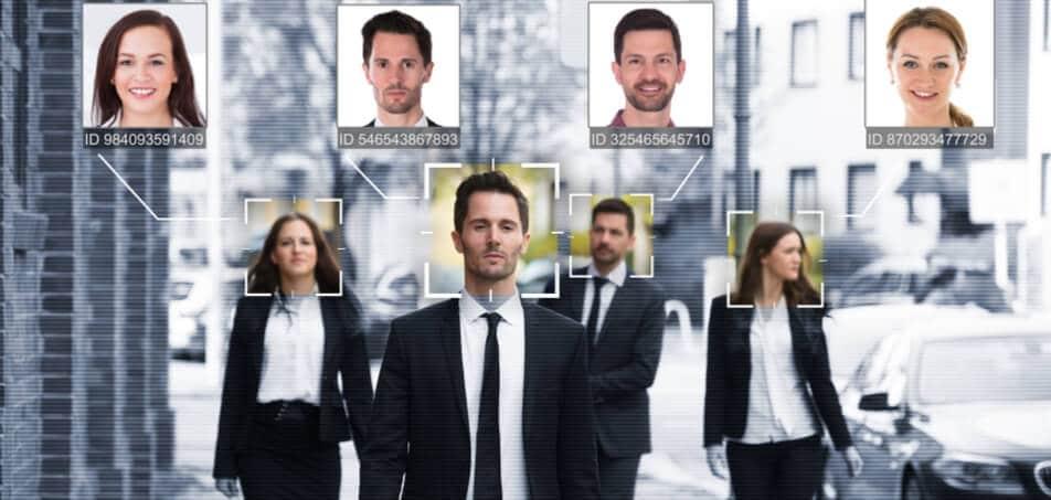 Sistema de reconhecimento facil compara as imagens registradas com as do banco de dados para identificação