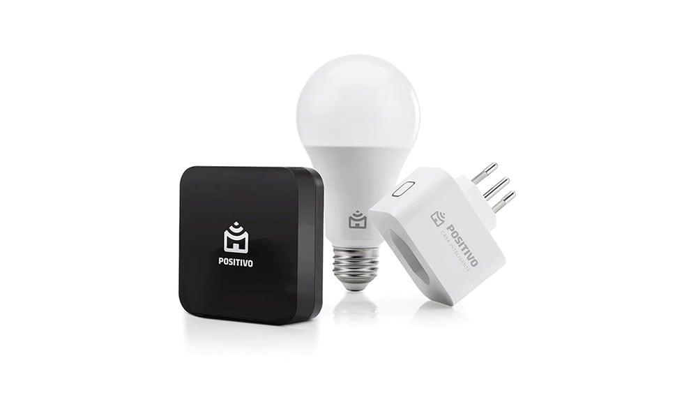 Controle remoto universal, lâmpada e smart plug (tomada) Positivo. Peças em destaque sobre fundo branco