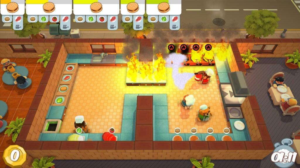 Tela do jogo independente Overcooked, em que um animal iluminado vê uma cozinha com vários focos de incêndio.