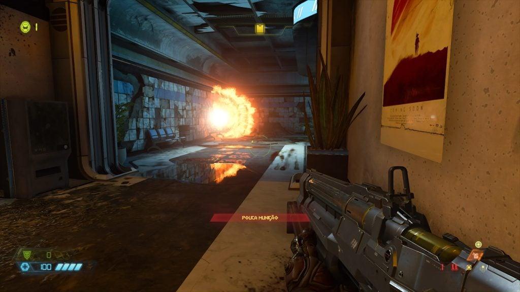 Uma bola de fogo em um corredor, dentro de um estabelecimento.