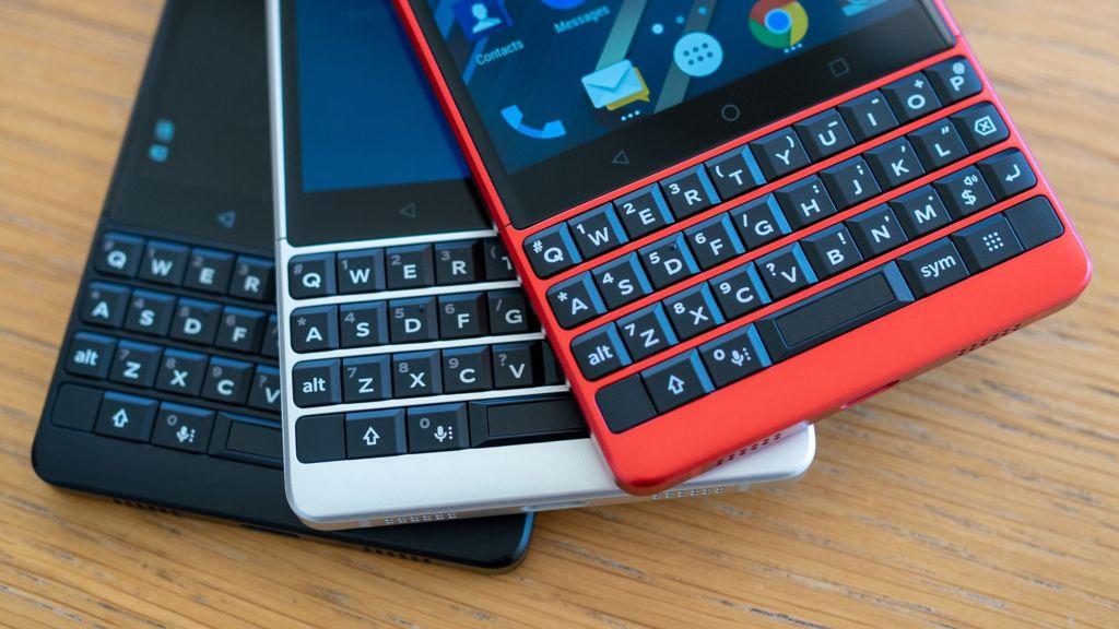 TCL Blackberry teclados qwerty, três celulares (vermelho, branco e preto)