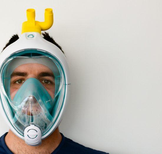 Profissional da saúde usando escudo facial