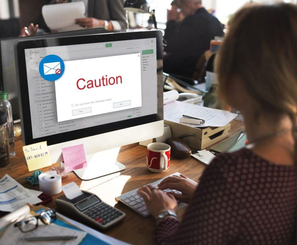 Pop-ups aleatórios da web ou mensagens de e-mail inofensivas podem trazer spyware.