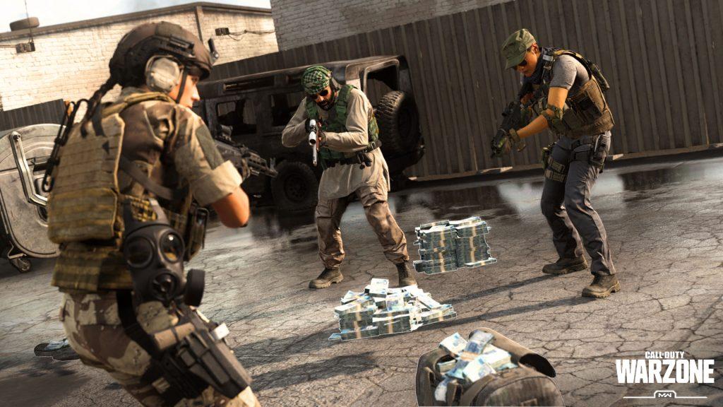 Warzone, режим сбора средств для разграбления, с денежными мешками и кучками на земле, где трое игроков находятся в конфликте